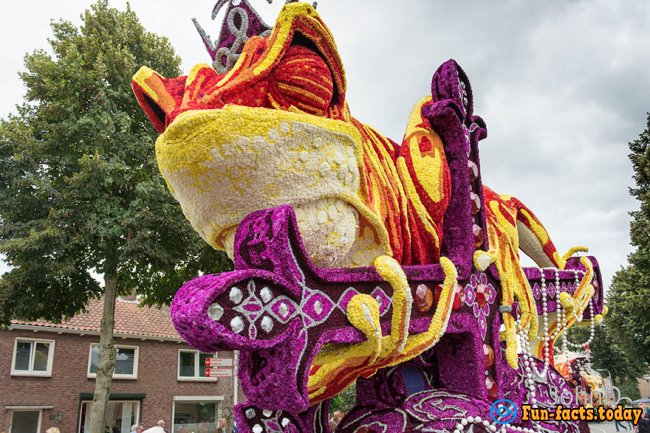 10 Giant Sculptures of Flowers Amazed Everyone on Flower Parade in Netherlands