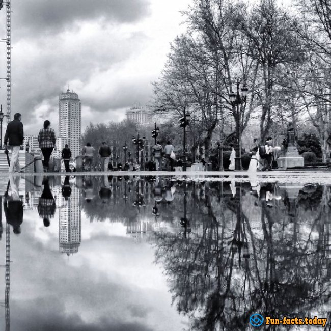 Incredible Spain: Photographer Shoots City and People with the Help of Puddles